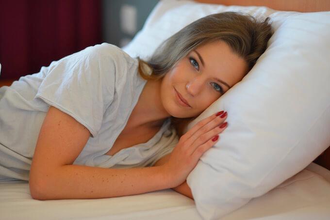 ベッドに居る女性