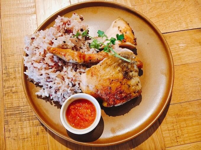 雑穀米とチキンのランチ