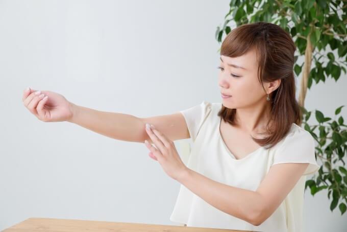 腕を気にする女性